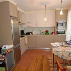 Reforma de cocina, tonos cremas y claros, muebles en L y se ha integrado la cocina con el salón buscando un mayor provechamiento del espacio y una mayor armonía del conjunto.
