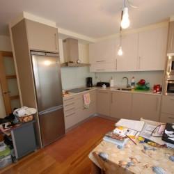 Reforma de cocina, tonos cremas y claros, muebles en L y se ha integrado la cocina con el salón buscando un mayor aprovechamiento del espacio y una mayor armonía del conjunto.