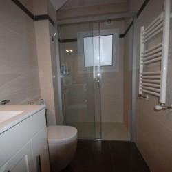 Baño principal, con un lavabo y plato de ducha extraplano, cambio de bañera por plato de ducha, lavabo de porcelana y mueble lacado.