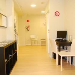 La recepción vista desde la entrada, se han elegido tonos claros para las paredes de pladur y suelo estratificado de madera también en tonos claros, una solución habitual en los trabajos de reformas de viviendas.