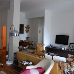Para esta reforma de vivienda en Donostia San Sebastián la rehabilitación de salón se ha realizado con madera vista, visto desde la cocina, el poste visto es una solución habitual en los trabajos de reformas de viviendas