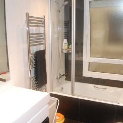 Uno de los baños, con unlavabo y bañera, más adelante se puede realizar un cambio de bañera por plato de ducha, los lavabos están colocados sobre una encimera, solución habitual en los trabajos de reformas de viviendas