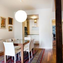 Salón comedor, visto desde la terraza, se puede ver el trabajo de interiorismo realizado, el poste visto es una solución habitual en los trabajos de reformas de viviendas
