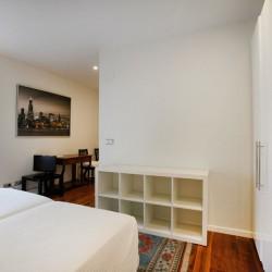 Dormitorio principal visto desde el armario empotrado. La claridad de las paredes contrastan con el pavimento de nogal.