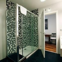 Baño principal, con dos lavabos y plato de ducha, cambio de bañera por plato de ducha, lavabos sobre una encimera.