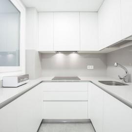 """Para la realización de la cocina se han elegido tonos claros, tanto para la cocina como para la encimera de """"Silestone"""" y el frente de la encimera, del mismo material, en el que se ha elegido un color claro."""