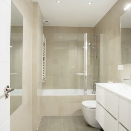 Baño principal, con un lavabo doble y bañera, para los lavabos se ha elegido un mueble con lavabo de porcelana ambos en tonos claros.