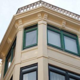 Detalle de la cornisa y parte alta del mirador reformado, pueden verse los capiteles del balcón restaurados.