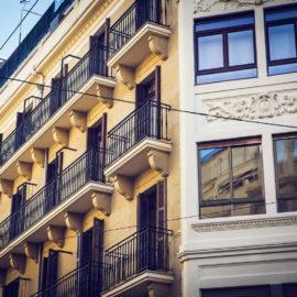 En los balcones puede observarse el vierteaguas perimetral para mejorar la evacuación de agua.