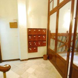La reforma del portal ha consistido en el pulido del portal, cambio de buzones y en la pintura de paredes y techos.