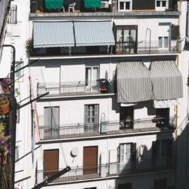Fachada reformada en San Sebastián, vista lateral ampliada