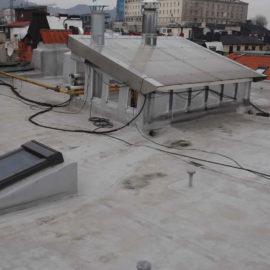 Cubierta de PVC reparada, se observa la zona donde se han modificado las pendientes y las chimeneas de ventilación.