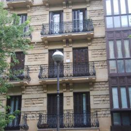 Fachada principal reformada, zona central, se observa el trabajo de limpieza de fachada realizado.