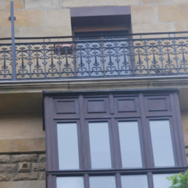 Reforma de la fachada principal, detalle de la restauración de los balcones y miradores.