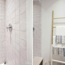 Detalle del baño con el mecanismo empotrado de la ducha.