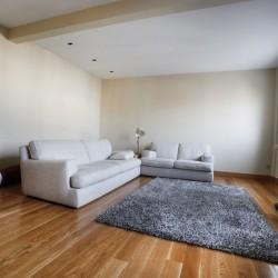 Salón comedor, pintura y sofás en tonos claros con el fin de aportar claridad al conjunto, puede verse el pavimento de roble, que le aporta calidez.
