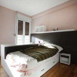 El dormitorio niñas, halógenos empotrados sobre el armario y la pared del fondo empapelada en contraste con el resto de las paredes pintadas. La claridad de las paredes contrastan con el pavimento de roble.