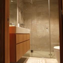 Baño con plato de ducha extraplano