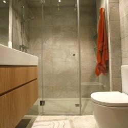 Baño principal, con un lavabo y plato de ducha extraplano, cambio de bañera por plato de ducha, para el lavabo se ha elegido un mueble de madera con lavabo de porcelana.