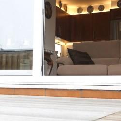 Reforma de salón comedor, pintura en tonos claros, con el fin de aportar claridad al conjunto, se ha dejado a la vista la estructura de madera, es una solución habitual en los trabajos de reformas de viviendas.