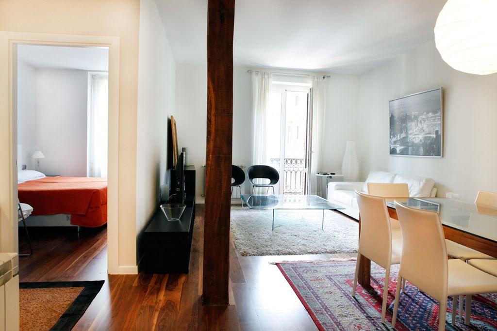 Reforma de vivienda en Donostia San Sebastián la reforma de salón se ha realizado con madera vista y el suelo de nogal, vista desde la cocina.