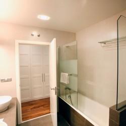 Baño con dos lavabos y bañera, más adelante se puede realizar un cambio de bañera por plato de ducha, lavabos sobre encimera