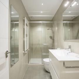 Baño, con lavabo y plato de ducha extraplano, se ha aprovechado la obra para realizar un cambio de bañera por plato de ducha, para el mueble del lavabo se ha elegido un color claro, en sintonía con el revestimiento del baño.