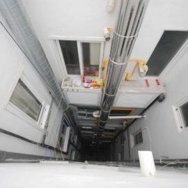 Reforma de patio interior visto desde arriba, se observa la restauración del patio y los conductos generales de ventilación.