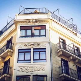 Detalle de reforma de fachada en San Sebastián, mirador de esquina, balcones con sus barandillas