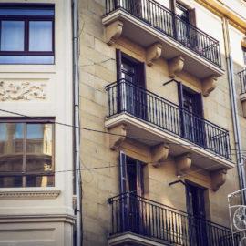 Detalle de mirador de esquina, a la derecha la fachada y el otro mirador al fondo, en los balcones puede observarse el vierteaguas perimetral en los balcones para mejorar la evacuación de agua.