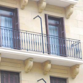 Detalle de balcón, con su barandilla en la foto se observa el vierteaguas perimetral de gres.