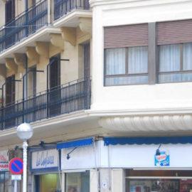 Detalle de la parte baja del mirador de esquina, a la izquierda la fachada el balcón corrido y el otro mirador al fondo