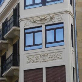 Detalle del mirador reformado con sus molduras, a ambos lados los balcones con sus barandillas reformadas.