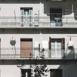 Fachada reformada, zona central, se observa el trabajo de aislamiento de la fachada realizado y la restauración de los balcones.