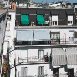 Fachada, parte alta, se observa el trabajo de limpieza de fachada realizado y a restauración de los balcones, en la parte superior la mansarda revestida de Zinc.