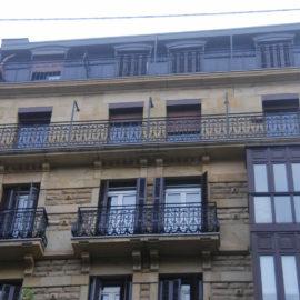 Fachada principal, zona central, se observa el trabajo de limpieza de fachada realizado y la restauración de los balcones, en la parte superior la mansarda revestida de Zinc.