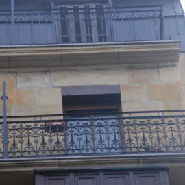 Fachada principal, parte alta, se observa el trabajo de limpieza de fachada realizado y la restauración de los balcones, en la parte superior la mansarda revestida de Zinc.