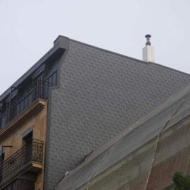 Fachada lateral reformada, puede observarse el revestimiento de pizarra restaurado.