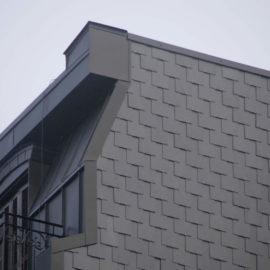 Fachada lateral y mansarda, puede orservarse el revestimiento lateral de pizarra y la mansarda revestida de Zinc.